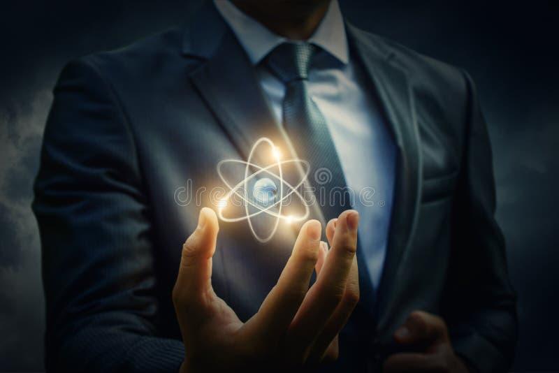 Molecule van een atoom in de hand royalty-vrije stock fotografie