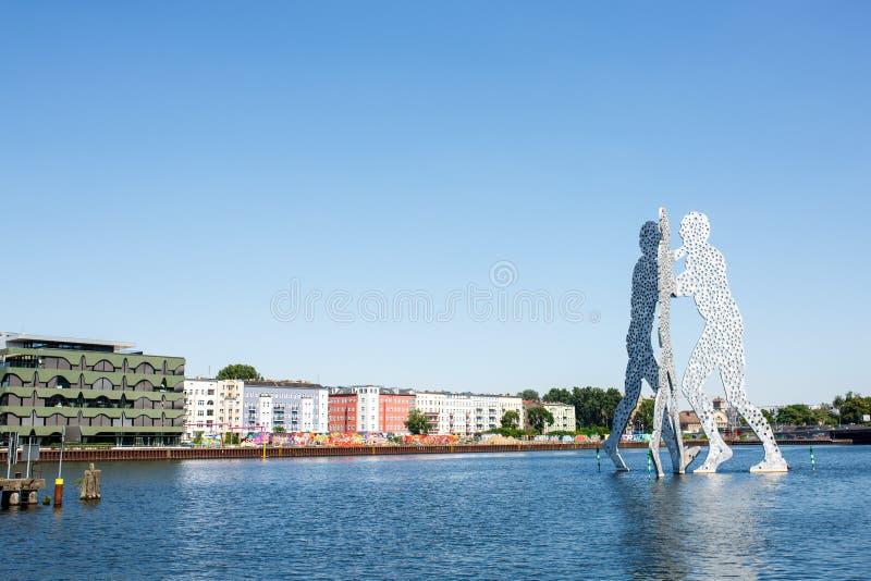 Molekuła mężczyzna rzeźba na bomblowanie rzece obrazy royalty free
