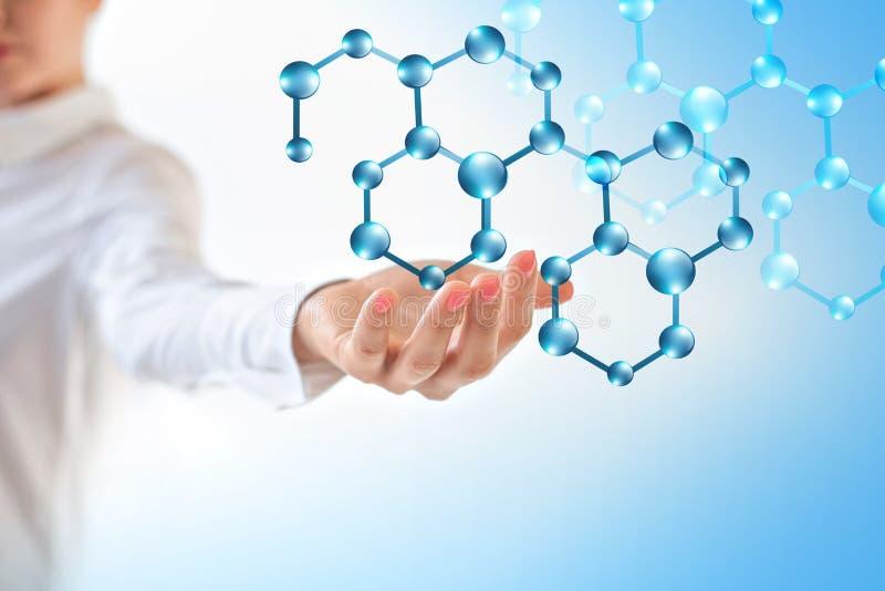 Molekylar i handen, molekylär medicinsk abstraktion i handen Molekylen och atomer gör sammandrag bakgrund läkarundersökning royaltyfri foto