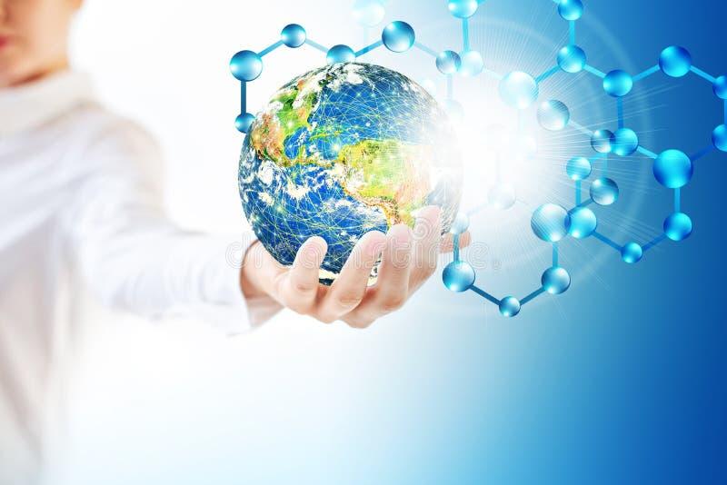 Molekylar och globus i handen, molekylär läkarundersökning, ekologiabstraktion i hand Virus- och planetjord Molekyl och atomer arkivfoto