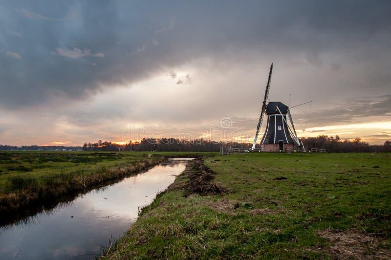 Molen in de Nederlandse landbouwgronden royalty-vrije stock fotografie
