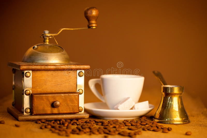 Molen, en andere toebehoren voor de koffie in ouderwets stock foto's