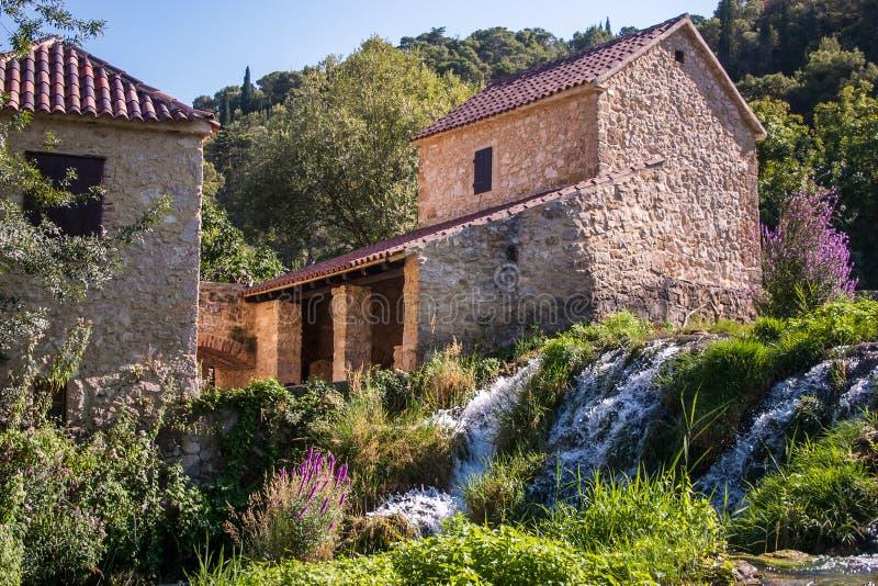 Molen, waterval en lavendel royalty-vrije stock fotografie