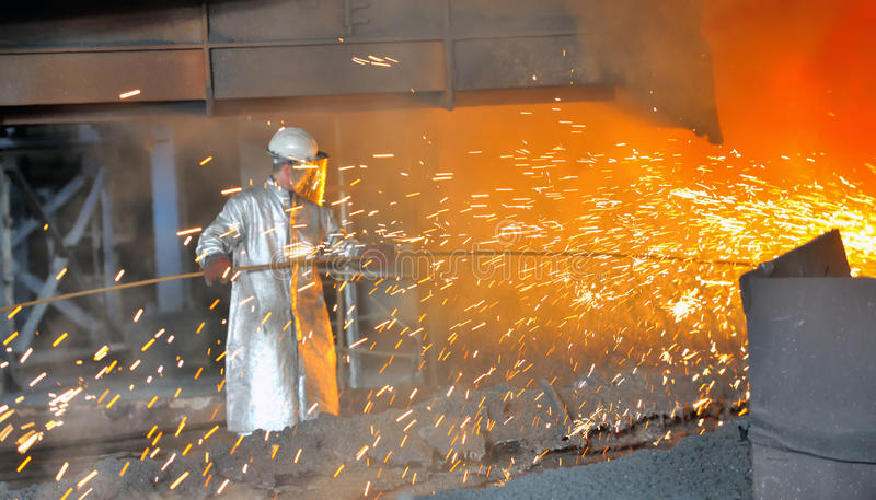 Molenarbeider met heet staal stock afbeelding