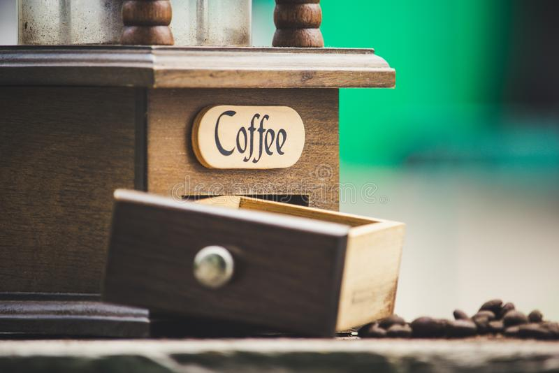 Molens en koffiebonen met onscherpe achtergrond royalty-vrije stock afbeelding
