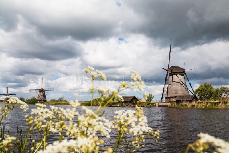 Molens en waterkanaal in een goede dag royalty-vrije stock fotografie