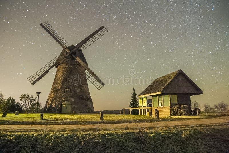Molens in nacht, stad Araisi, Letland Sterren en nacht 2012 royalty-vrije stock afbeeldingen