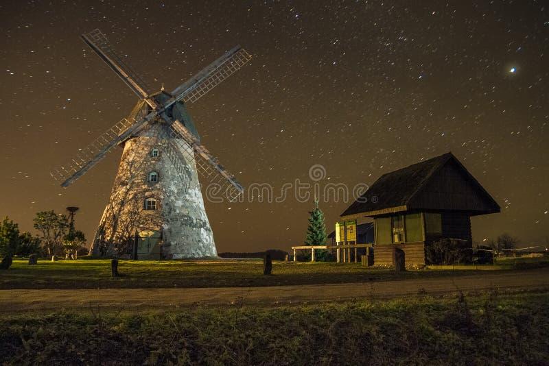 Molens in nacht, stad Araisi, Letland Sterren en nacht 2012 royalty-vrije stock fotografie