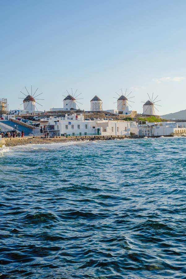 Molens op de heuvel dichtbij het overzees op het Eiland Mykonos in Griekenland - de belangrijkste aantrekkelijkheid van het eilan royalty-vrije stock foto