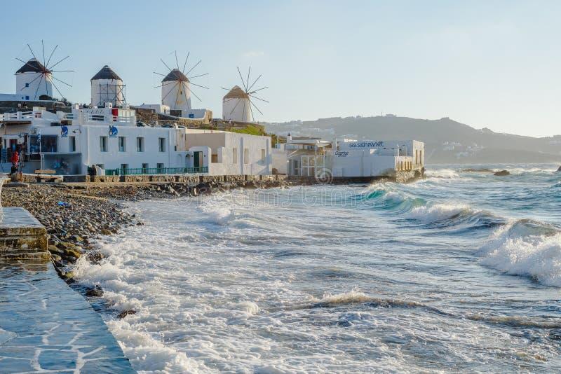 Molens op de heuvel dichtbij het overzees op het Eiland Mykonos in Griekenland - de belangrijkste aantrekkelijkheid van het eilan stock afbeelding