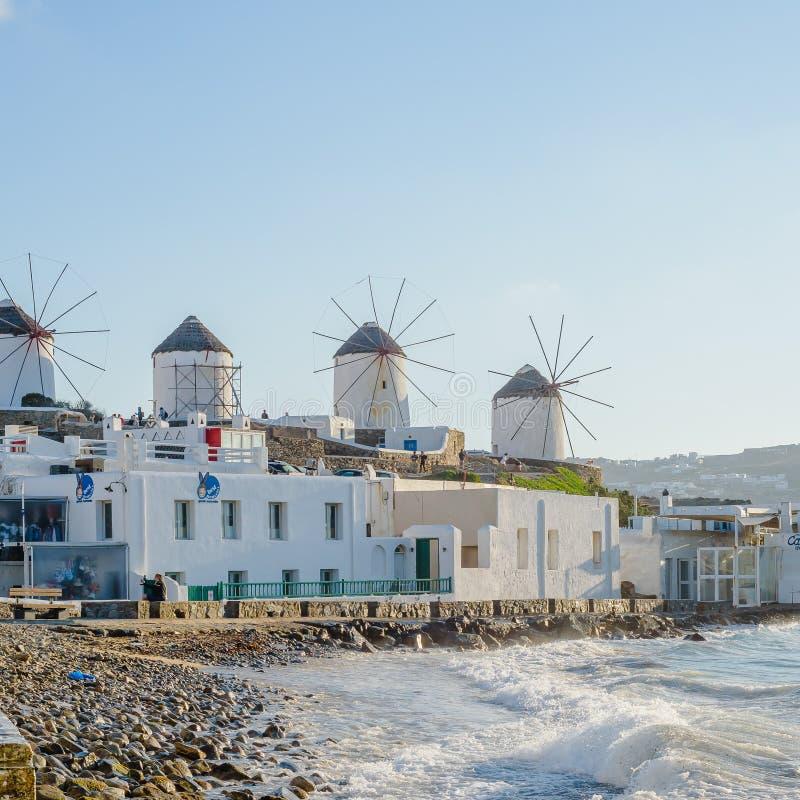 Molens op de heuvel dichtbij het overzees op het Eiland Mykonos in Griekenland - de belangrijkste aantrekkelijkheid van het eilan stock foto
