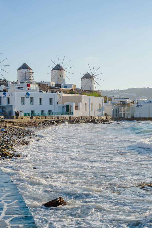 Molens op de heuvel dichtbij het overzees op het Eiland Mykonos in Griekenland - de belangrijkste aantrekkelijkheid van het eilan royalty-vrije stock afbeelding