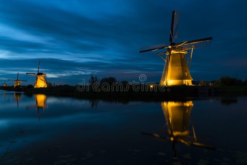 Molens 's nachts in Kinderdijk, Nederland royalty-vrije stock foto