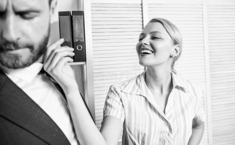 Molestia sessuale della mano d'opera Provi a sedurre direttore La femmina prende l'iniziativa sessuale Ufficio e comportamento se immagine stock libera da diritti