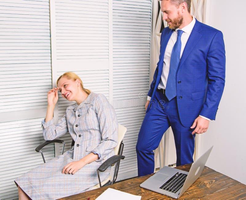 Molestia sessuale fra i colleghi ed il flirt nell'ufficio Concetto d'oppressione del posto di lavoro Opprimendo sul lavoro immagine stock libera da diritti