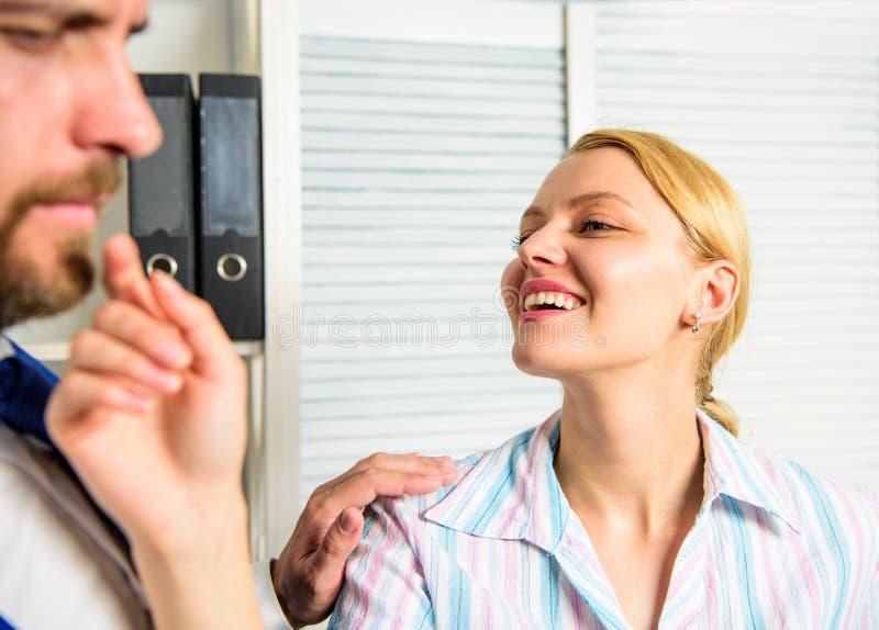 Molestia sessuale nel luogo di lavoro Molestia sessuale della mano d'opera Provi a sedurre direttore La femmina prende l'iniziati fotografie stock