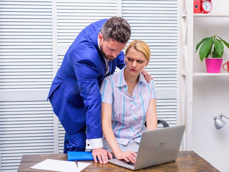 Molestia sessuale in posto di lavoro Molestia sessuale della mano d'opera Pazzo al collega fotografie stock libere da diritti