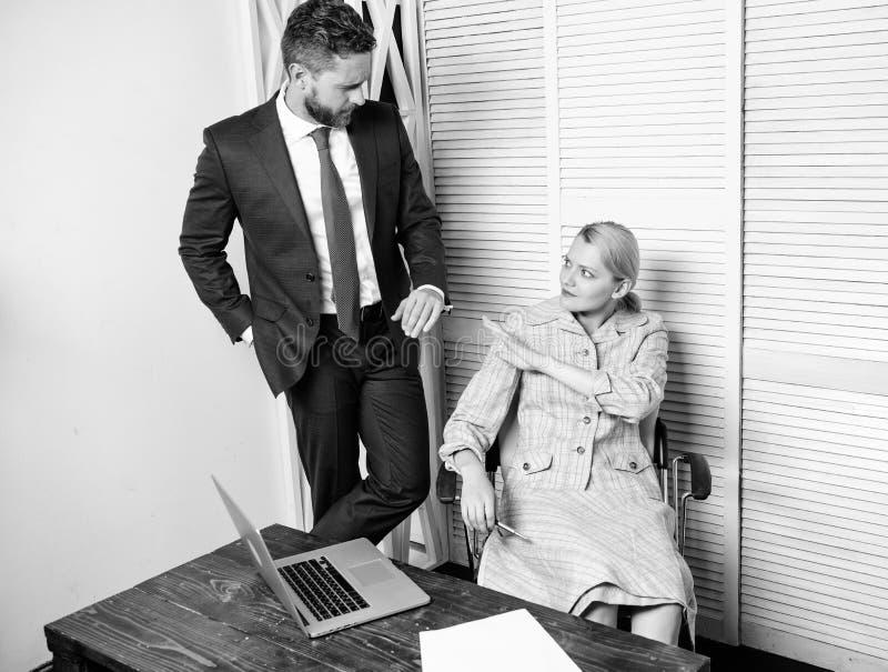 Molestia sessuale sul lavoro Molestia sessuale fra i colleghi ed il flirt nell'ufficio Contatto lussurioso del capo immagine stock libera da diritti
