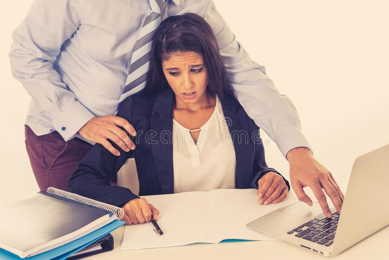 Molestia sessuale sul lavoro Impiegato disgustato che è molestato dal suo capo immagini stock