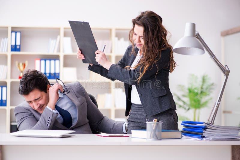 Molestowania seksualnego pojęcie z mężczyzna i kobietą w biurze obrazy royalty free