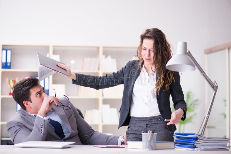 Molestowania seksualnego pojęcie z mężczyzna i kobietą w biurze zdjęcia stock