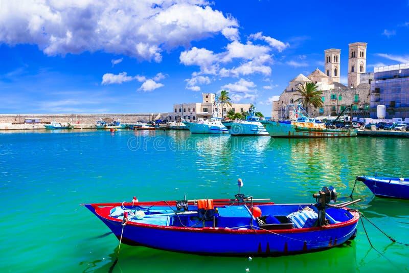 Molfetta - kuststad i Puglia med det härliga havet och stränder arkivbild