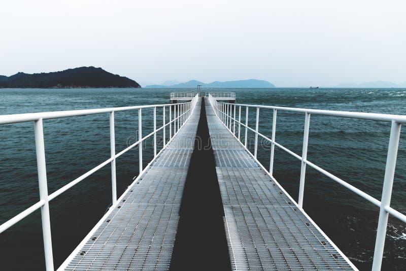 Molhe branco do barco que alcança no mar, Naoshima, Japão fotografia de stock
