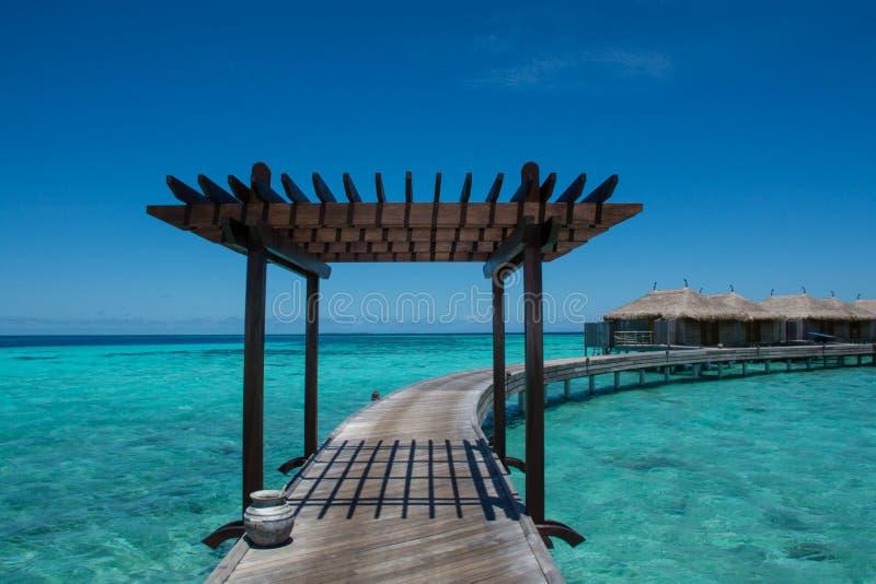 Molhe bugalos de madeira no recurso tópico em Maldivas imagens de stock royalty free