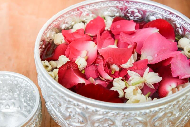Molhe com jasmim e corola das rosas na bacia imagens de stock