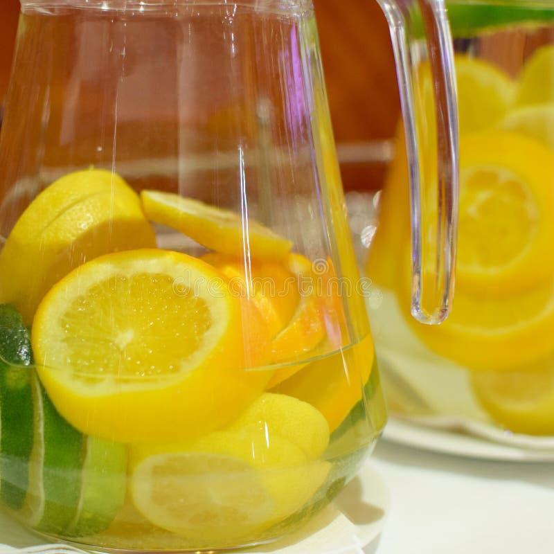 Molhe com laranja e limão no jarro de vidro foto de stock royalty free