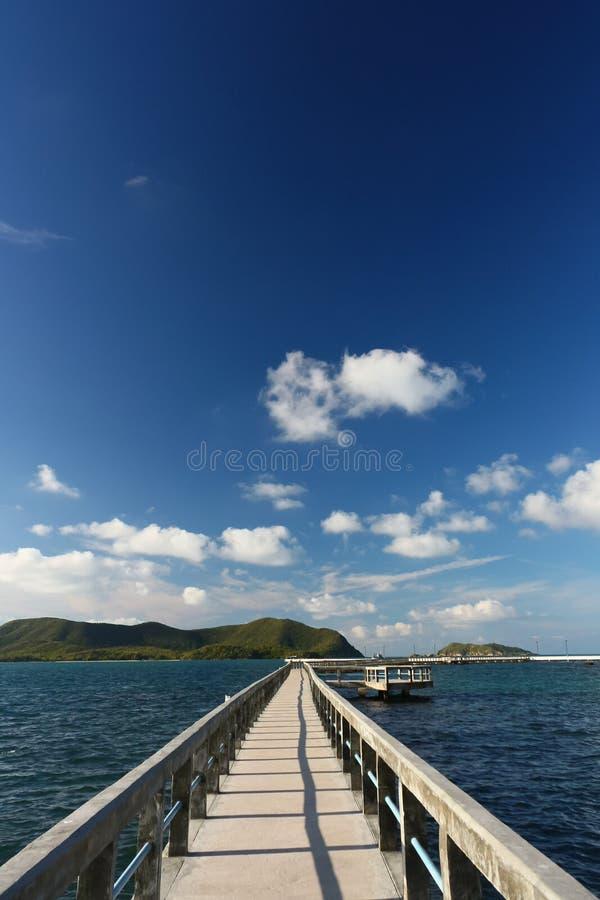 Download Molhe Concreto Com Cerco Sobre O Mar Foto de Stock - Imagem de bonito, azul: 26501430