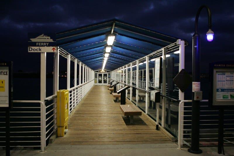 Molhe da balsa na noite foto de stock