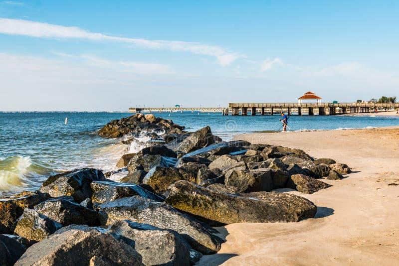 Molhe da rocha da praia de Buckroe e dois cais fotos de stock