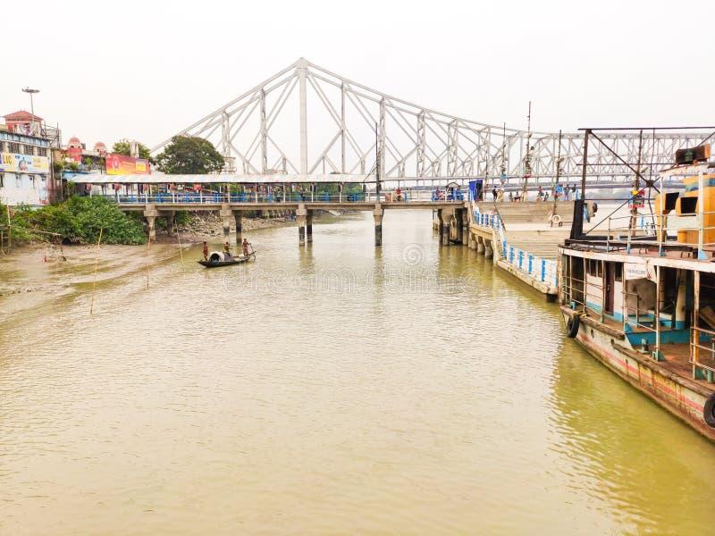 Molhe de Howrah, ponte de howrah, barco de pesca fotografia de stock