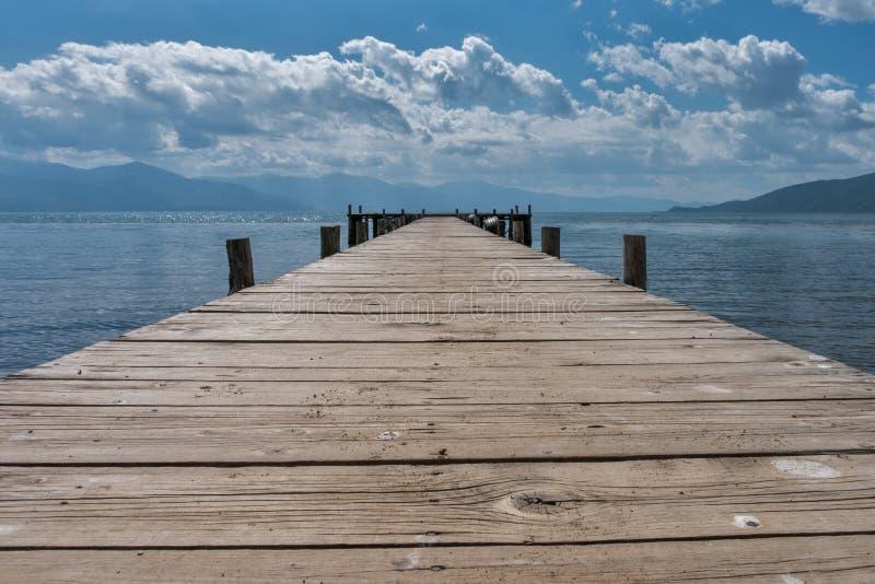 Molhe de madeira de Mpty na costa do lago imagem de stock royalty free
