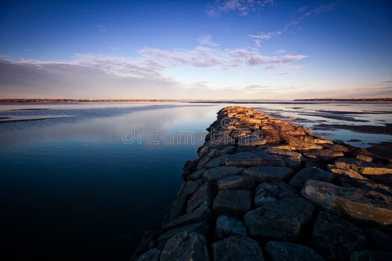 Molhe de pedra no rio de Ottawa fotografia de stock royalty free