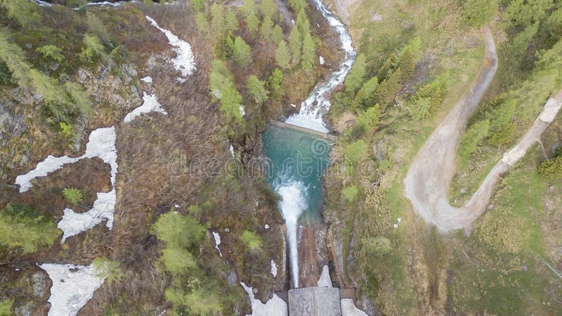 Molhe a descarga da represa do lago Fregabolgia um lago artificial alpino Cumes italianos Italy fotos de stock royalty free
