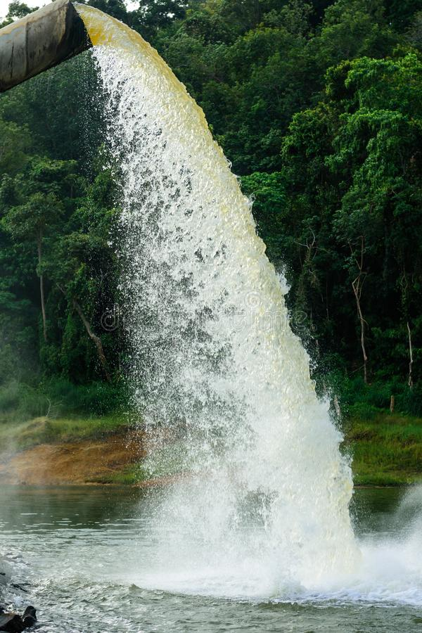 Molhe do dreno na produção de água fotos de stock royalty free
