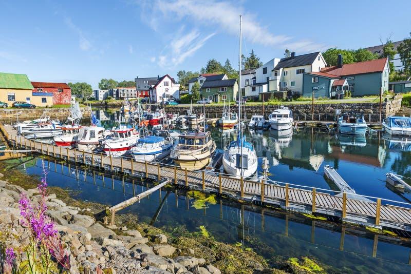 Molhe e barcos na vila de Kabelvag situada na costa do sul da ilha de Austvagoya no arquipélago de Lofoten Nordland, do norte fotos de stock