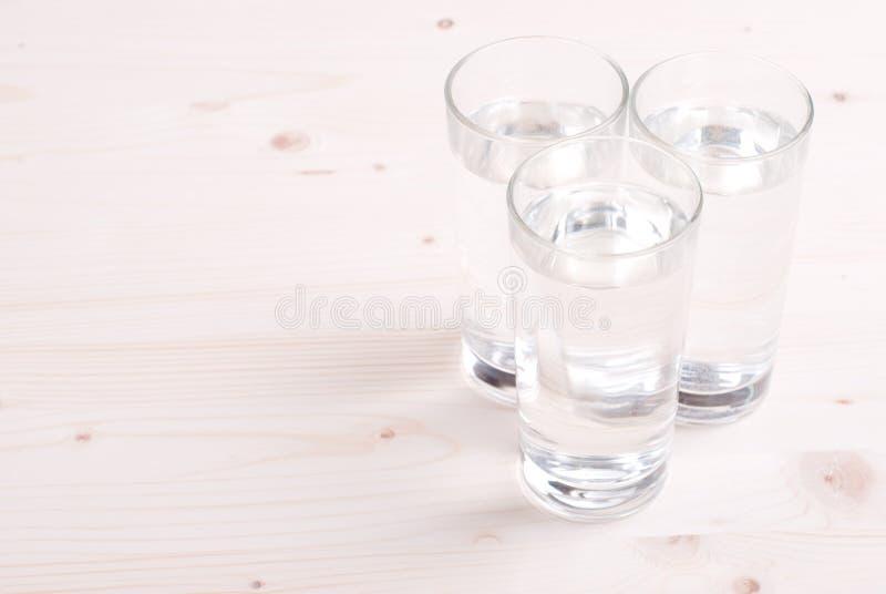Molhe em um vidro e em um guardanapo na placa imagens de stock