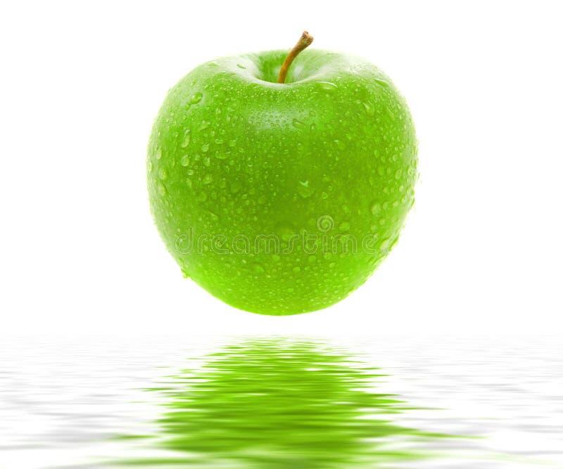 Molhe a maçã verde suculenta fotografia de stock royalty free