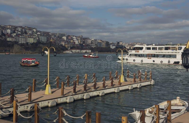 Molhe na margem e navio de flutuação no Bosphorus em um dia ensolarado em Istambul, Turquia Imagem tonificada imagem de stock