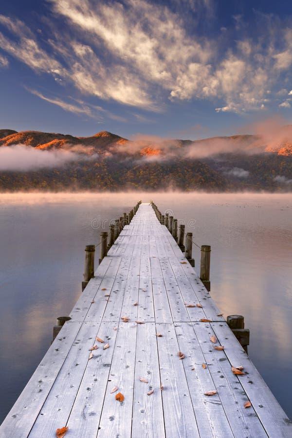 Molhe no lago Chuzenji, Japão no nascer do sol no outono fotos de stock royalty free