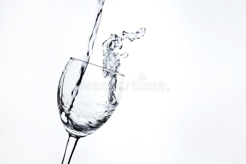 Molhe o derramamento no close-up do vidro de vinho fotografia de stock