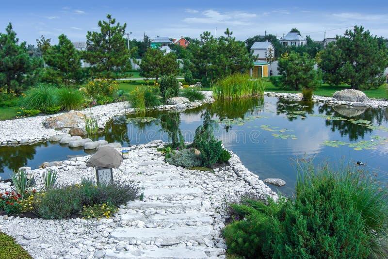 Molhe o jardim integrado no ambiente natural imagens de stock royalty free