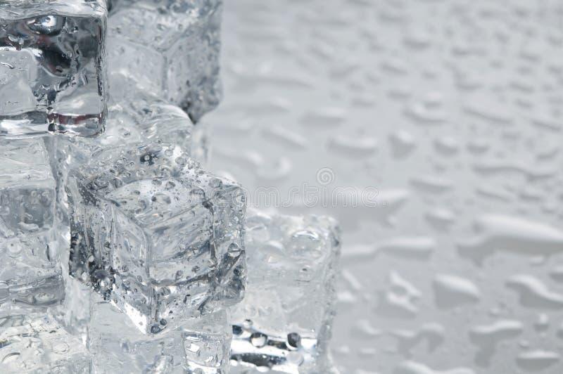 Molhe objetos dos cubos de gelo fotos de stock royalty free
