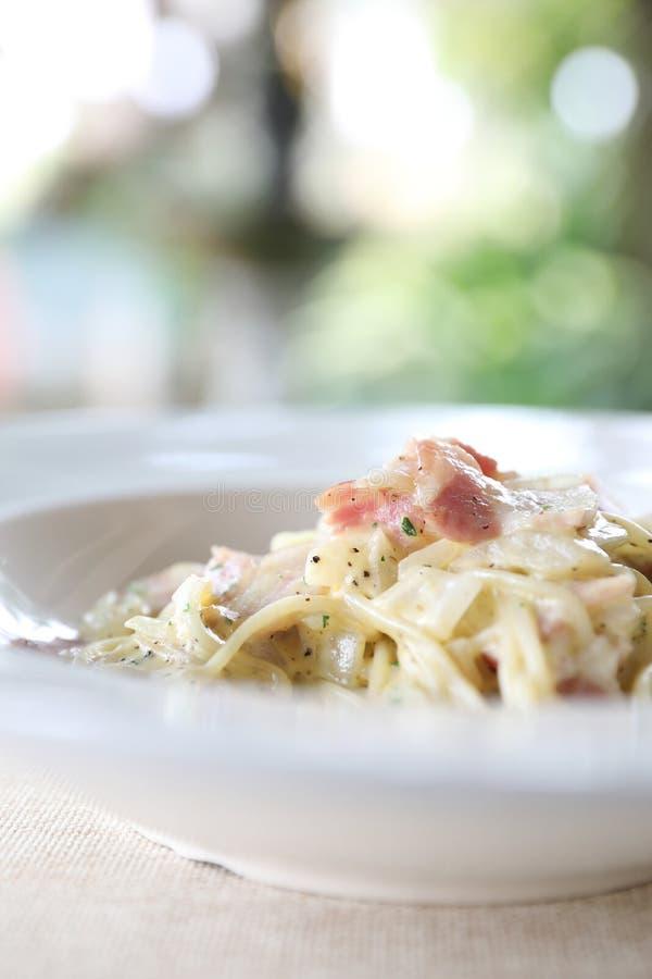 Molho branco do carbonara dos espaguetes com bacon e queijo imagem de stock