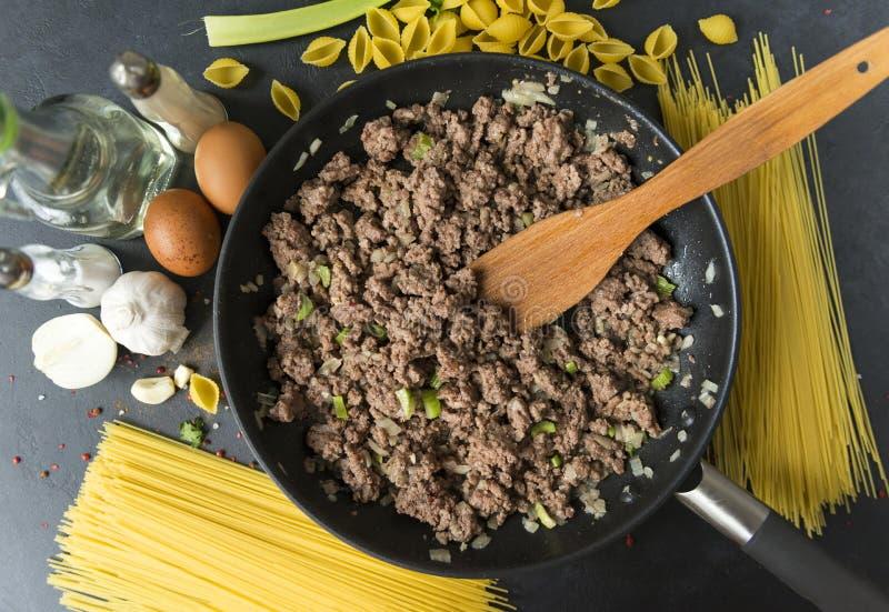 Molho da carne à massa, espaguete cru, vista superior imagens de stock