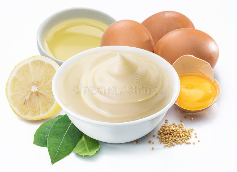 Molho da maionese na bacia branca com ingredientes da maionese fotografia de stock royalty free