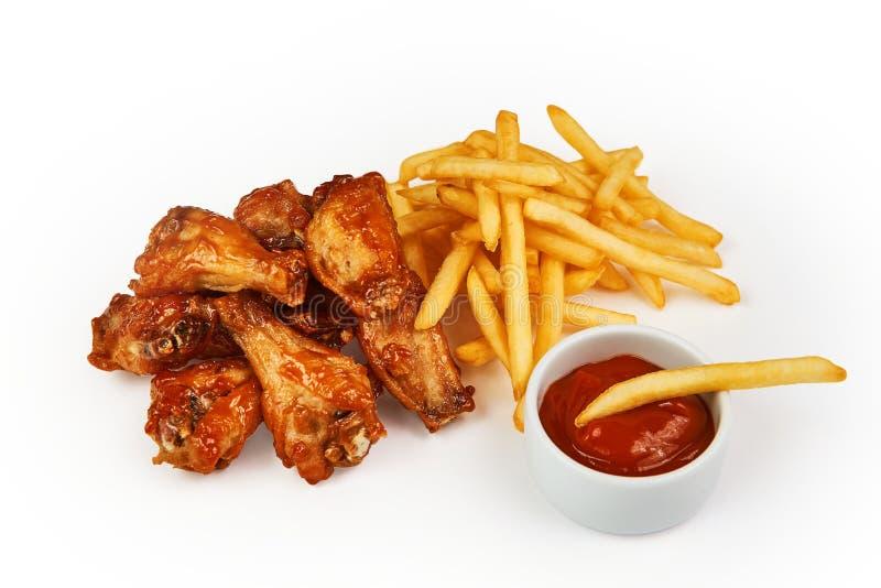 Molho das batatas fritas, da galinha e de tomate isolado em branco com trajeto de grampeamento imagem de stock royalty free